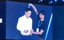 [Video] Chủ tịch Baidu bị khán giả đổ nước lên đầu khi đang phát biểu