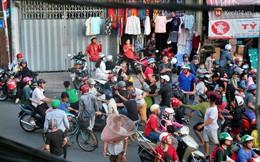 """Đội quân """"cô hồn sống"""" trèo tường, lao vào tranh cướp tiền cúng gây náo loạn đường phố Sài Gòn"""