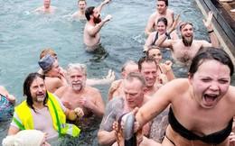 24h qua ảnh: Người Đan Mạch tắm mùa đông chào năm mới bất chấp thời tiết giá lạnh