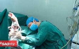 Thiếp đi sau 20 tiếng làm việc không ngừng nghỉ, bác sĩ khiến triệu trái tim đau nhói khi ngủ ở tư thế này
