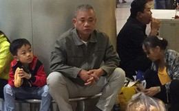 Mang bánh mì vào ga quốc tế Tân Sơn Nhất ăn khuya đón Việt kiều về quê ăn Tết