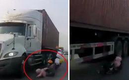 Em bé thoát chết ly kỳ dưới bánh xe container: Cư dân mạng cho rằng thần linh đã cứu giúp nhưng hãy nhìn phản xạ nhanh đến khó tin của người mẹ mà xem