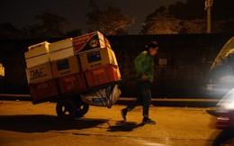 """Những """"bóng hồng"""" trong đêm ở chợ Long Biên ngày cận Tết"""