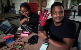 Nhà sáng chế người Kenya tạo ra găng tay thông minh cho người tàn tật: đọc được ngôn ngữ ký hiệu rồi biến thành giọng nói