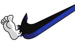 Dân mạng lập tức chế meme về sự cố giày nổ toạc khiến Nike bốc hơi 3 tỷ USD