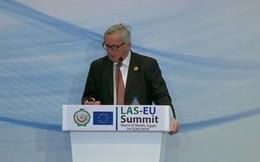 Vợ gọi liên tục, Chủ tịch Ủy ban châu Âu phải dừng họp báo để trả lời
