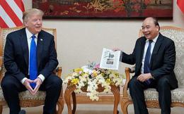 Hành động thú vị của Thủ tướng Nguyễn Xuân Phúc khiến Tổng thống Trump bật cười vui vẻ