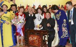 Chủ tịch Kim Jong Un đánh thử đàn bầu Việt Nam