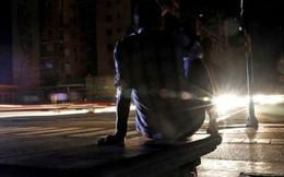 Thảm họa điện năng Venezuela: Người có tiền thuê khách sạn 5 sao lánh nạn, dân nghèo xếp hàng múc nước giếng