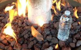 Đây là lý do tại sao trên thế giới không ai ném chai nước vào lửa để chữa cháy