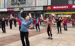 Các bà dì Trung Quốc đeo tai nghe nhảy aerobic ở quảng trường vì sợ làm phiền đến người khác