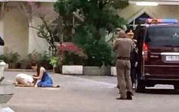 Góc khuất cung điện hoàng gia: Sự thật nghẹn ngào đằng sau bức hình Hoàng tử nhỏ Thái Lan quỳ lạy mẹ trên manh chiếu nhỏ được lan truyền trên mạng xã hội