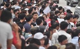 Chùm ảnh: Hàng nghìn người dân chen lấn, vật vờ chờ lấy số thứ tự xin visa 5 năm của Hàn Quốc