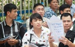 Cận cảnh người dân rồng rắn, quỳ gối làm visa Hàn Quốc