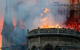 Cháy dữ dội bao phủ Nhà thờ Đức Bà Paris, đỉnh tháp 850 năm tuổi sụp đổ