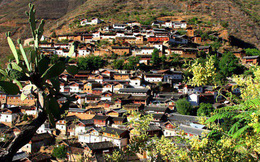 Lặng ngắm ngôi làng cổ yên bình, rất ít người biết đến trên vách đá khổng lồ tại Trung Quốc: Một lần tới Bảo Sơn, cả đời ấn tượng khó quên!
