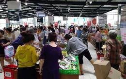 'Tàn phá' siêu thị Auchan: Người tiêu dùng thua cuộc