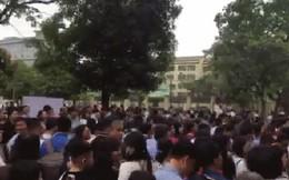 """Nóng: Vỡ trận trước cổng trường ĐH Ngoại Ngữ, hàng nghìn phụ huynh chen chúc gọi """"Con ơi, mẹ đây, bố đây"""" gây náo loạn"""