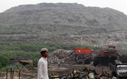 Bãi rác cao như núi, rộng bằng 40 sân bóng khiến giới chức Ấn Độ lo ngại nguy cơ xảy ra tai nạn máy bay