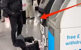 Thanh niên đi rút tiền từ ví bitcoin, cây ATM nhả tiền như lá rụng giữa con phố đông người tại London, Anh