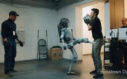 Video đáng sợ về viễn cảnh robot bị hành hạ dẫn đến nổi loạn, quay ra thống trị loài người