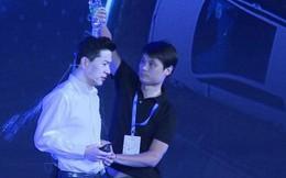 """CEO của """"Google Trung Quốc"""" bị đổ cả chai nước lên đầu ngay trên sân khấu sự kiện"""