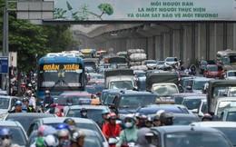 Hà Nội: Dòng phương tiện nhích từng chút một giữa trưa nắng nóng tại giao lộ 4 tầng Nguyễn Trãi