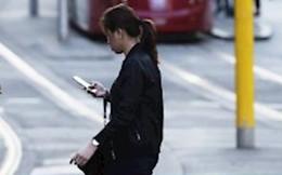 Australia dự định phạt những người vừa sang đường vừa xem điện thoại