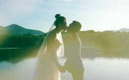 """Sốt xình xịch clip cưới của Cường Đô La và Đàm Thu Trang: Khoá môi cực ngọt, """"nắm tay đi khắp thế gian"""" bằng siêu xe"""