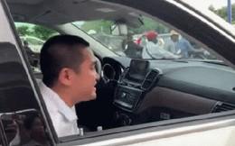 """Chủ xe cầm bọc tiền cố thủ trên Mercedes GLS hơn 5 tỷ sau khi bị CSGT kiểm tra: """"Tài sản của anh tự nhiên giao cho bọn em cẩu về, anh có bị thần kinh đâu"""""""