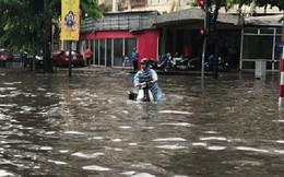 Ảnh, clip: Nhiều tuyến phố Hà Nội ngập sâu sau mưa lớn, người dân bì bõm dắt xe chết máy về nhà