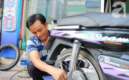 """Anh chàng miền Tây hào sảng, ngủ vỉa hè Sài Gòn và tấm bảng vá xe """"không tiền cũng vá"""" cho khách lỡ đường giữa đêm khuya"""