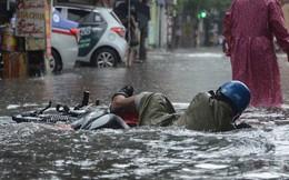 Ảnh: Hà Nội mưa trắng trời, người dân chật vật vượt qua nhiều tuyến đường ngập trong biển nước