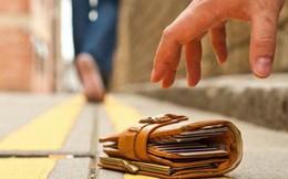 Nhặt được chiếc ví da, nhiều năm sau, cô bé mồ côi nhận được bản di chúc đáng kinh ngạc