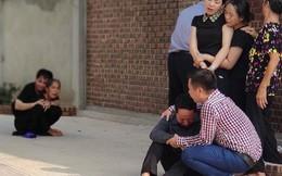 Hình ảnh đau xót: Bố mẹ em bé 6 tuổi gục ngã trước cửa nhà, nhìn thi thể con được đưa về nơi an nghỉ cuối cùng