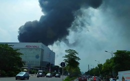 Cháy kho xưởng nhựa cạnh Aeon Mall Long Biên, cột khói bốc cao hàng chục mét