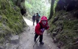 """""""Phượt thủ"""" 9 tuổi chinh phục đỉnh Kilimanjaro huyền thoại ở Châu Phi chỉ trong 7 ngày"""