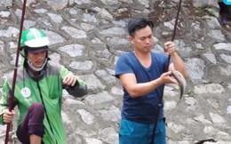 """Clip: Nước sông Tô Lịch chuyển màu xanh biếc, người dân """"mở hội"""" buông cần câu cá"""