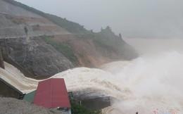 Mưa lớn suốt 2 ngày, thủy điện xả lũ, hàng trăm dân Hà Tĩnh bị cô lập