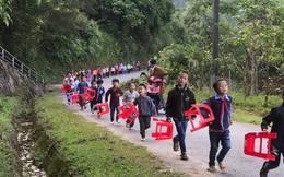 Hình ảnh xúc động: Trẻ em vùng cao đi bộ hàng dài, xách ghế nhựa hân hoan đến điểm trường dự lễ khai giảng