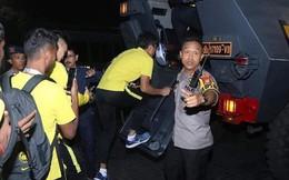 """KINH HOÀNG: CĐV Indonesia ném """"mưa"""" gạch đá , ĐT Malaysia phải tẩu thoát bằng xe bọc thép"""