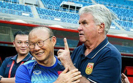 """HLV Guus Hiddink vừa ôm chặt thầy Park, vừa tâm sự cùng các cầu thủ U22 Việt Nam: """"Tôi rất tự hào về HLV của các bạn"""""""