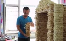 """Ông bố chơi trội nhất năm: Xây căn nhà đồ chơi """"siêu to khổng lồ"""" bằng 2000 gói mì tôm để chào đón con trai sắp chào đời"""