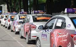 Hàng trăm tài xế taxi truyền thống tập trung dán biểu ngữ đòi gắn hộp đèn cho taxi công nghệ