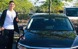 Đoàn Văn Hậu tươi tắn khi được cấp ô tô riêng tại Hà Lan