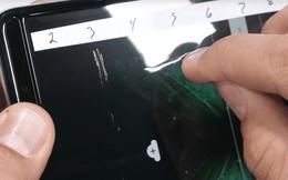 Galaxy Fold cực kỳ 'mong manh', dùng móng tay cào nhẹ cũng khiến màn hình bị hư hỏng