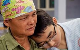 """Xót xa người mẹ già đơn thân suốt 8 năm lận đận chữa bệnh cho con trai: """"Nó đau lắm nhưng không kêu than, sợ mẹ lo..."""""""