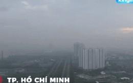 Clip Sài Gòn chìm trong sương mù ô nhiễm, người dân khó thở, cay mắt khi di chuyển ngoài đường