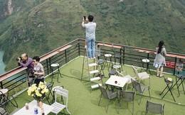"""Hàng trăm lượt khách tiếp tục check-in tại tòa """"gai bê tông"""" trên đèo Mã Pì Lèng, nhà hàng trang bị thêm thang"""