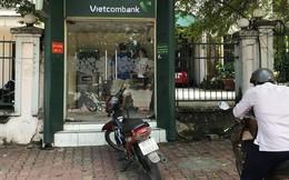 Cô gái 18 tuổi rút tiền ở trụ ATM ngân hàng Vietcombank bị kề dao cướp